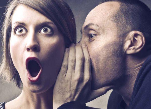 Mann sagt erstaunter Frau etwas ins Ohr | fotolia.com (Urheber: © olly)